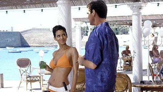 Halle Berry Hampir Mati Tersedak, James Bond Keluarkan Gerakan Heimlich