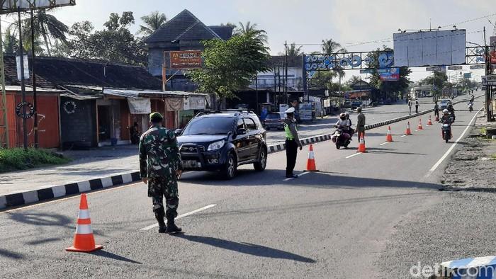 Dishub DIY melakukan pemeriksaan kendaraa di wilayah Tempel, Sleman, Jumat (24/4/2020)