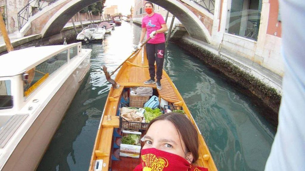 Susuri Sungai, Para Wanita di Venesia Kirimkan Makanan untuk Warga