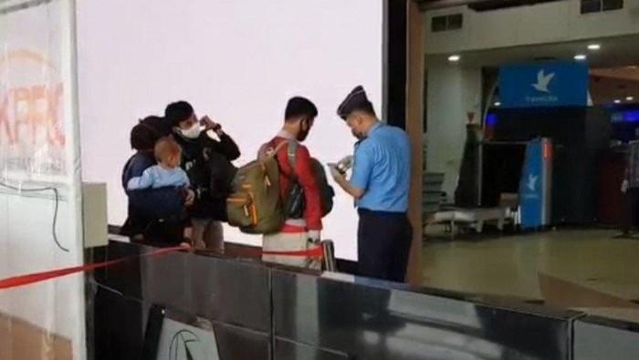 Petugas Bandara Halim Perdanakusuma, Jakarta Timur, menyampaikan informasi terkait penutupan penerbangan komersial dalam rangka larangan mudik Lebaran 1441 Hijriyah/2020 Masehi.