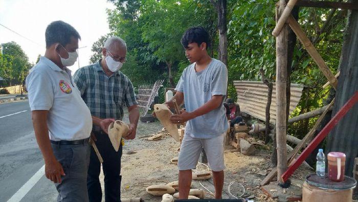 Pedagang kentungan akar bambu di Klaten