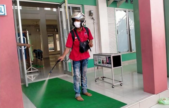 Untuk memutus mata rantai penyebaran virus Corona di Sumatera Barat, penyemprotan disinfektan terus dilakukan oleh berbagai elemen masyarakat.