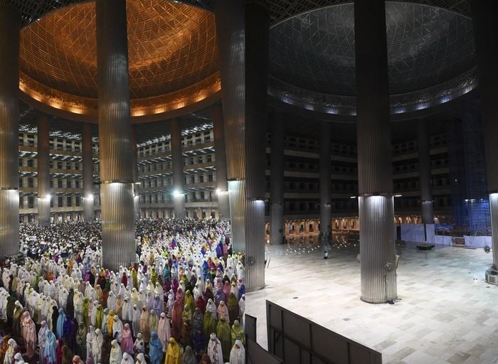 Suasana sepi di Masjid Istiqlal Jakarta, Kamis (23/4/2020). Selama masa Pembatasan Sosial Berskala Besar (PSBB) Masjid Istiqlal ditutup untuk umum sehingga tidak menggelar Shalat Tarawih dan aktivitas lainnya pada bulan Ramadhan 1441 Hijriah. ANTARA FOTO/Hafidz Mubarak A/aww.
