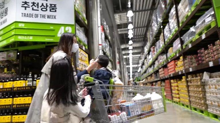 Orang Indonesia beli persiapan puasa di Korea
