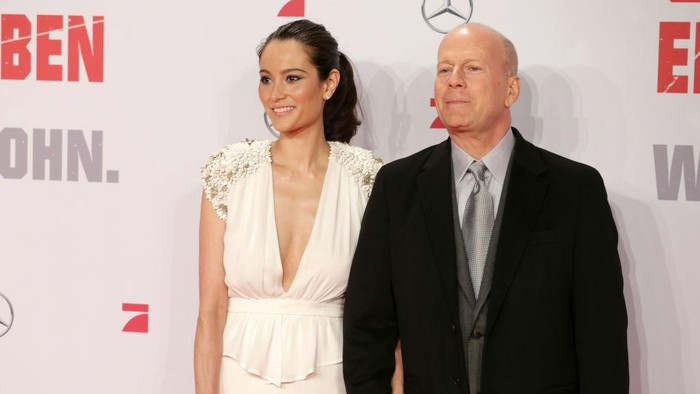BERLIN, GERMANY - FEBRUARY 04:  Emma Willis and Bruce Willis attend Die Hard - Ein Guter Tag Zum Sterben Germany Premiere at Cinestar Potsdamer Platz on February 4, 2013 in Berlin, Germany.  (Photo by Andreas Rentz/Getty Images)