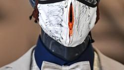 Desainer asal Jerman membuat kreasi masker yang awalnya kaku menjadi lebih unik, modis dan trendi. Jadi masih tetap bisa bergaya di tengah pandemi Corona ini.