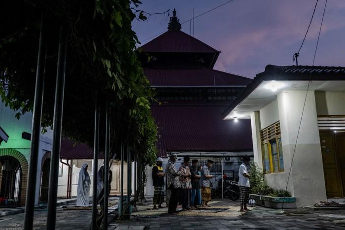 Sejumlah masjid di Yogyakarta ditutup dan tidak melaksanakan salat tarawih akibat wabah Corona. Sejumlah jamaah tetap melaksanakan salat di halaman masjid.