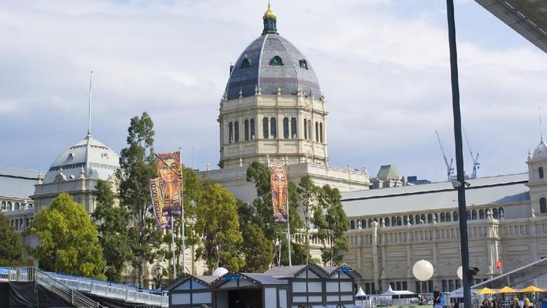 Remaja berjalan di dekat Royal Exhibition Building dan Melbourne Museum.
