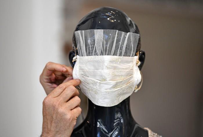 Seorang desainer asal Jerman membuat kreasi masker wajah yang unik agar orang-orang bisa tetap bergaya di tengah pandemi COVID-19.