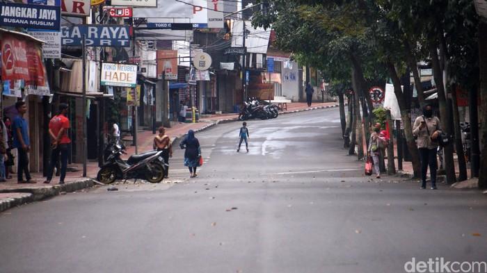 Pemerintah Kota Cimahi akhirnya menutup sejumlah ruas jalan di kota tersebut. Penutupan dilakukan karena selama ini warga tidak mematuhi aturan PSBB.