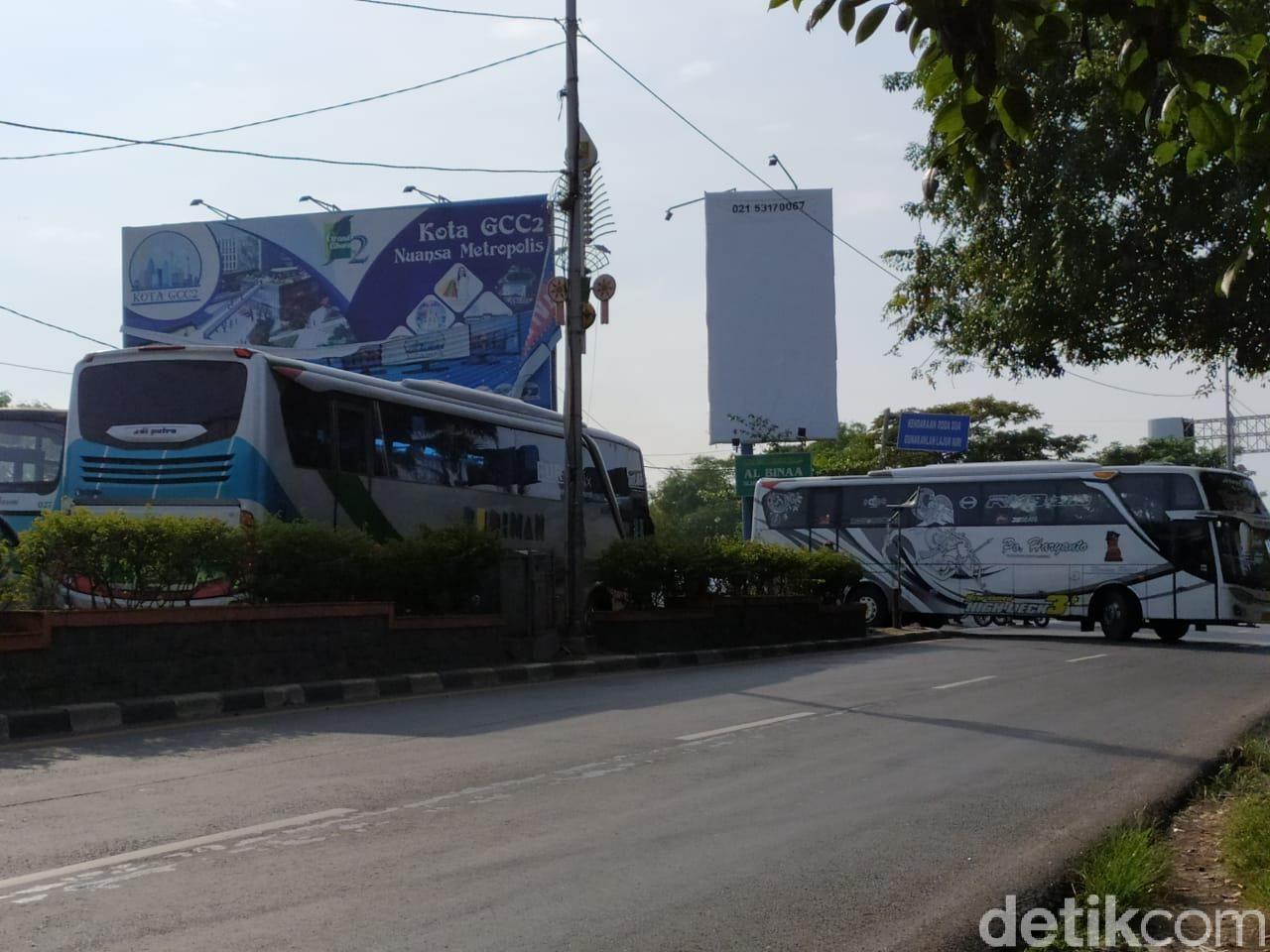 Bus AKAP Diminta Putar Balik di Perbatasan Bekasi-Karawang