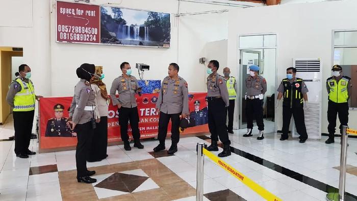 Pos pemeriksaan kedatangan penumpang di Bandara Abdulrachman Saleh