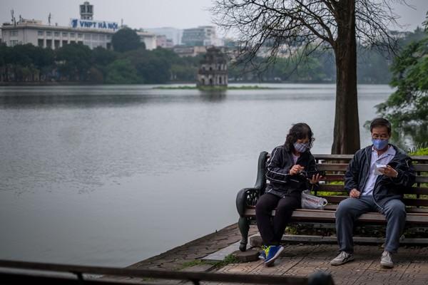 Manajemen Vietnam terkait penanganan Corona terbilang cepat dan efektif. Derah berisiko tinggi seperti Hanoi dan Ho Chi Ming memiliki aturan yang lebih ketat, termasuk menutup bisnis yang tidak penting seperti bar, kedai teh, tempat karaoke, dan olahraga hingga pelarangan pertemuan lebih dari 10 orang