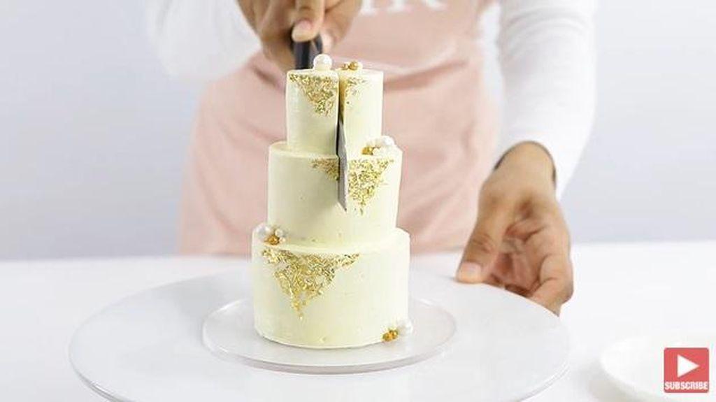 Keren! Baker Ini Unjuk Kebolehan Bikin Wedding Cake Super Mini