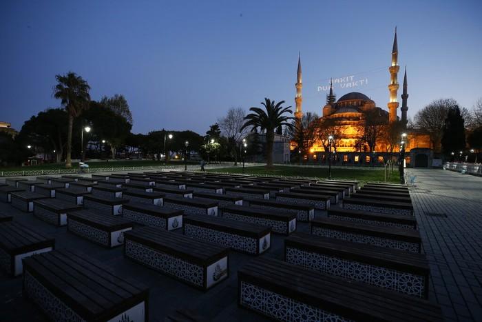 Masjid Sultan Ahmed yang ikonik dan lebih dikenal sebagai Masjid Biru terlihat sepi imbas lockdown di tengah pandemi Corona dan bulan Ramadhan 1441 H. Hal itu dilakukan oleh pemerintah Turki guna menekan penyebaran virus Corona. Semua kegiatan keagamaan yang mengumpulkan banyak orang untuk sementara waktu ditiadakan.