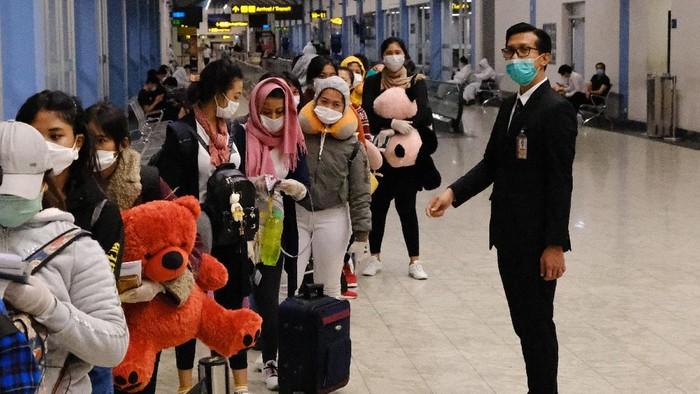 Sejumlah Warga Negara Indonesia (WNI) antre untuk mendaftar ketika proses repatriasi WNI di Bandar Udara Internasional Velana, Maldives, Jumat (24/4/2020).  KBRI Colombo merepatriasi 335 Pekerja Migran Indonesia (PMI) dari Sri Lanka dan Maladewa ke Indonesia akibat pandemi Virus Corona (COVID-19). ANTARA FOTO/KBRI Colombo/zk/hp.