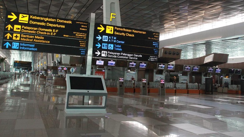 Suasana lengang di Terminal 3 Domestik Bandara Soekarno Hatta, Tangerang, Banten, Sabtu (25/4/2020).  Kementerian Perhubungan menghentikan sementara aktifitas penerbangan komersil terjadwal dalam negeri terhitung mulai 25 April hingga 1 Juni 2020 dalam rangka pengendalian transportasi selama masa mudik Lebaran 1441 H untuk memutus penyebaran COVID-19. ANTARA FOTO/Muhammad Iqbal/pras.