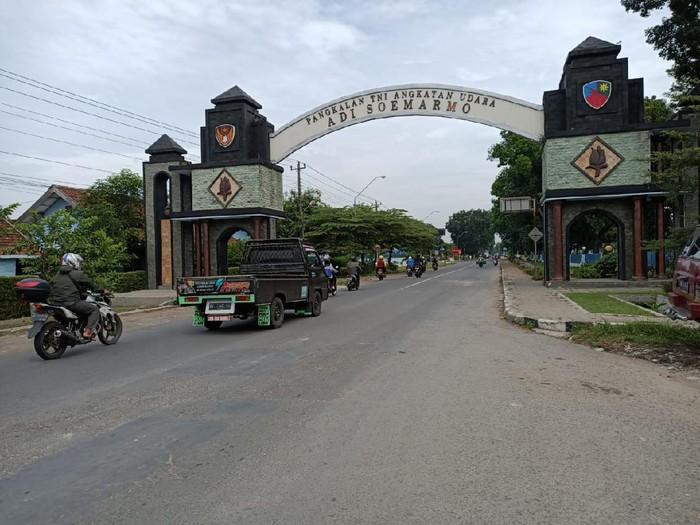 Akses masuk Jalan Tentara Pelajar, kompleks Lanud Adi Soemarmo.