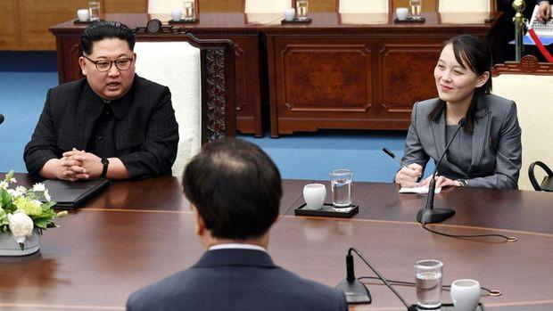 Kim Jong Un dan Kim Yo Jong (R) menghadiri Inter-Korean Summit di Peace House, Korea Selatan, pada 27 April 2018.