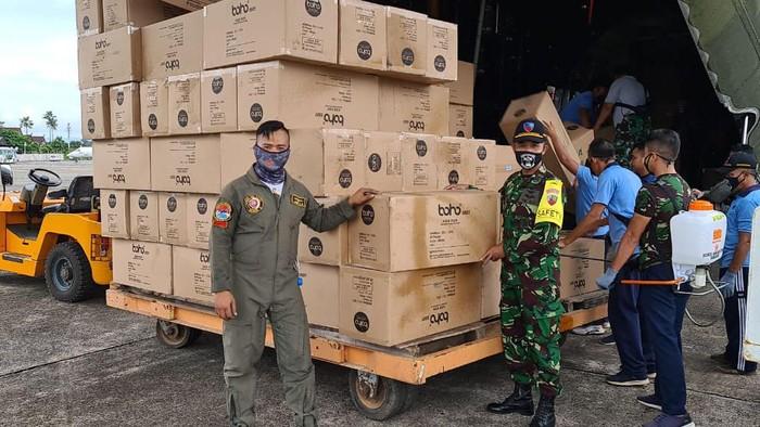 Sejumlah prajurit TNI terus mendistribusikan APD ke sejumlah daerah di Indonesia. APD itu disalurkan ke sejumlah rumah sakit di daerah terdampak COVID-19.
