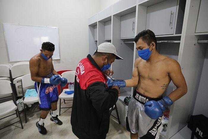 Pertandingan tinju di Nikaragua tetap digelar di tengah wabah COVID-19. Guna cegah penyebaran Corona para penonton pertandingan itu terapkan social distancing.