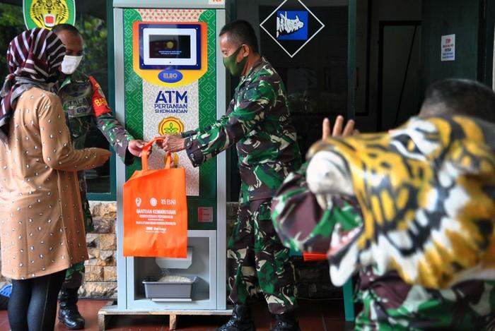 ATM beras gratis tersedia di Kodim 0606/Kota Bogor. Mesin tersebut dioperasikan untuk menyediakan 1,5 ton beras untuk 1.000 orang per harinya.