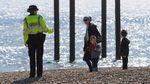 Polisi Inggris Patroli di Pantai Imbau Warga Tetap di Rumah