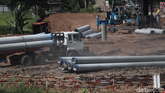 Pembangunan kereta cepat Jakarta-Bandung di kawasan Tegalluar, Kab. Bandung, terus dilakukan. Sejumlah pekerja tampak sibuk beraktivitas di kawasan tersebut.