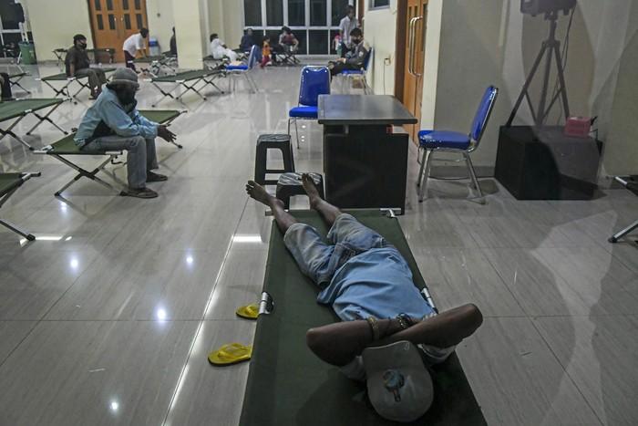 Pemerintah Provinsi DKI Jakarta menggunakan GOR untuk tempat tinggal sementara tunawisma akibat terdampak COVID-19.