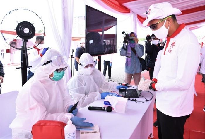 Relawan Indonesia Bersatu Lawan COVID-19 gelar rapid test gratis untuk warga. Mereka datangi sejumlah kelurahan untuk berikan layanan rapid test COVID-19.
