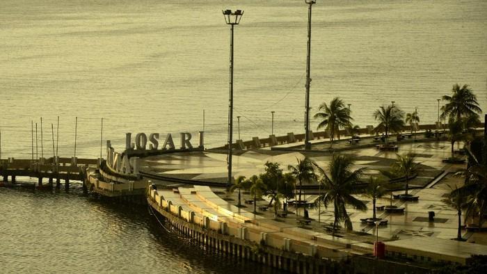 Suasana Anjungan Pantai Losari yang telah ditutup untuk umum di Makassar, Sulawesi Selatan, Jumat (17/4/2020). ANTARA FOTO/Abriawan Abhe.
