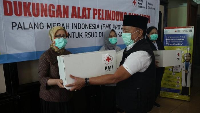 PMI Provinsi DKI Jakarta memberikan bantuam 1000 APD untuk tenaga medis di 29 Rumah Sakit melalui Gugusan Tugas Percepatan Penanganan Covid-19 Provinsi DKI Jakarta.