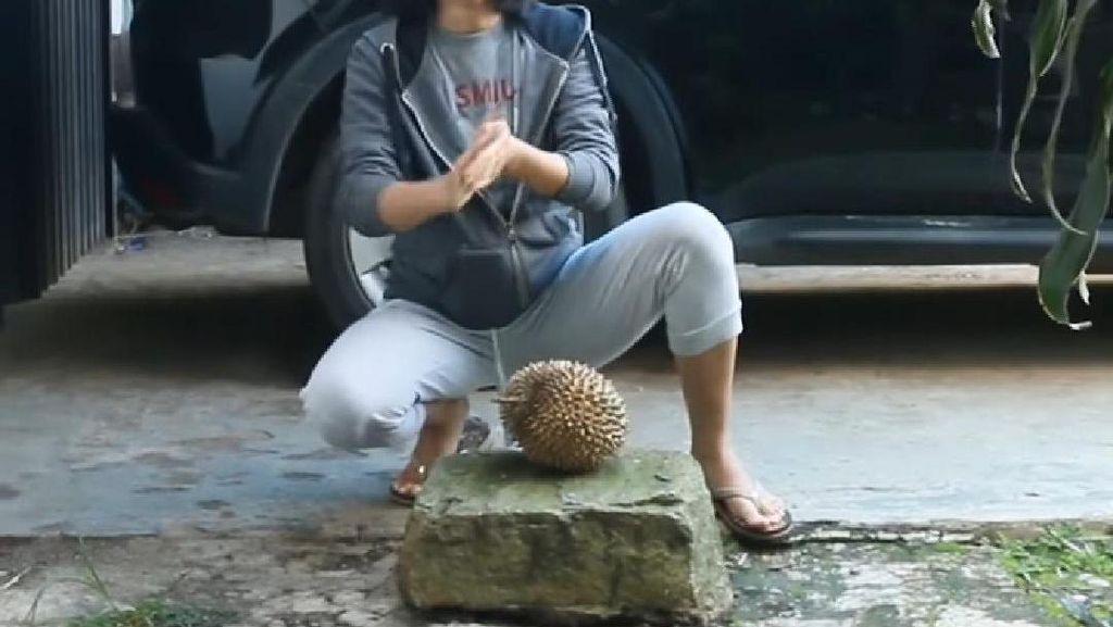 Wow! Begini Jadinya Kalau Wanita Kekar Kupas Durian