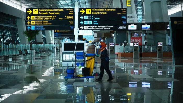Pemerintah RI melarang mudik lebaran sejak 24 April 2020. Bandara, stasiun hingga terminal bus pun sepi. Begini potretnya.