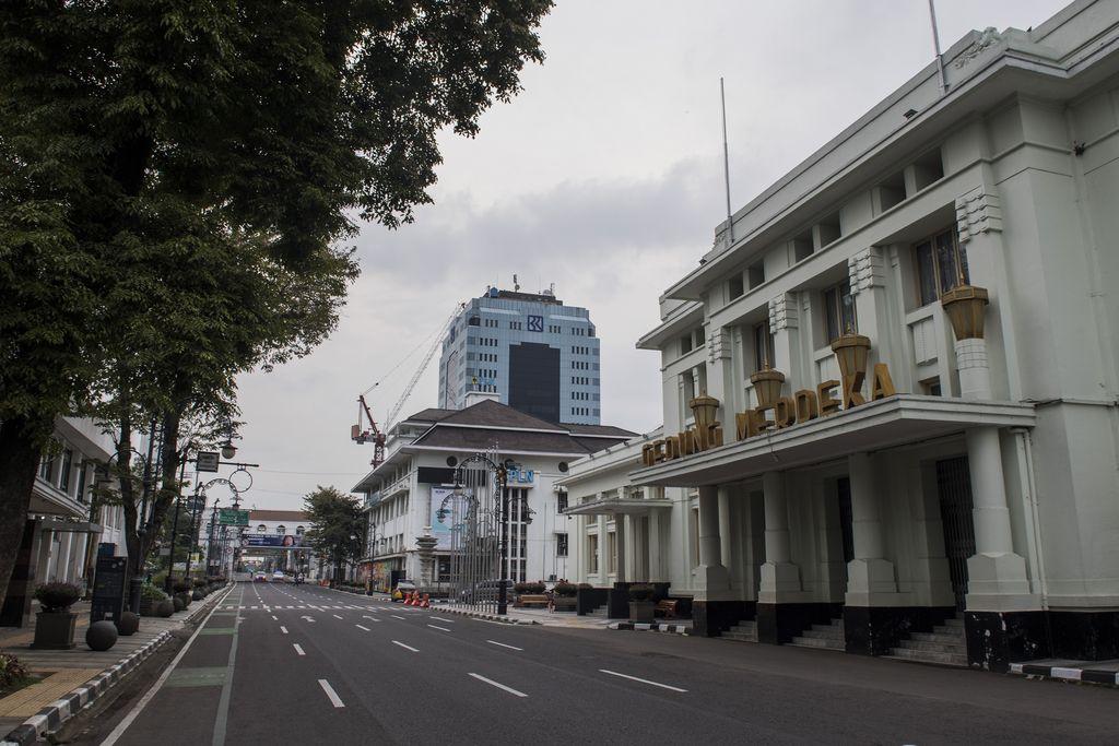 Suasana penutupan Jalan Asia Afrika di Bandung, Jawa Barat, Sabtu (18/4/2020). ANTARA FOTO/Agung Rajasa.