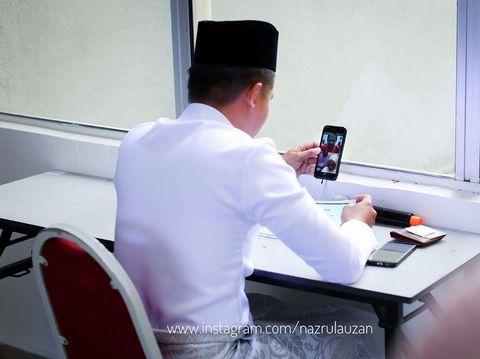 Pasangan pengantin petugas medis di Malaysia menikah online