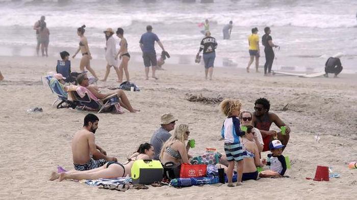 Warga di pantai Hutington di tengah wabah Corona (AP News)