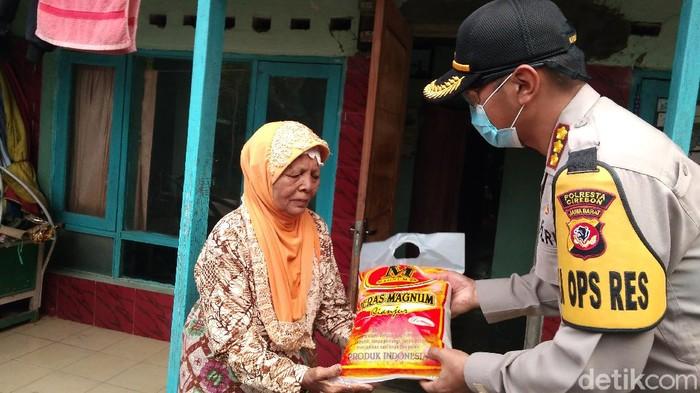 Polisi di Cirebon salurkan bantuan sembako untuk warga tak mampu