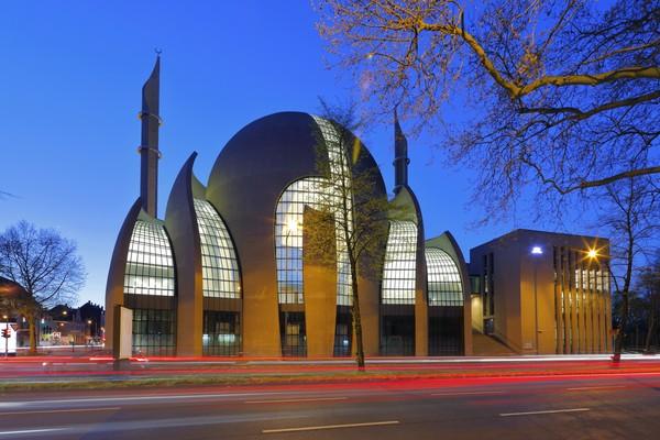 Masjid Koln pertama kali diresmikan akhir September 2018 lalu oleh Presiden Turki Recep Tayyip Erdogan. Masjid merupakan salah satu masjid yang dikelola oleh Persatuan Islam Turki untuk Urusan Agama DITIB. Asosiasi ini merupakan asosiasi muslim Turki terbesar di Jerman. (Getty Images/horstgerlach)