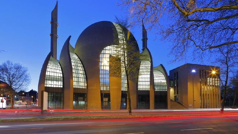Masjid Central Cologne yang didesain oleh arsitek Jerman Paul Böhm, salah satu mesjid terbesar di Eropa.