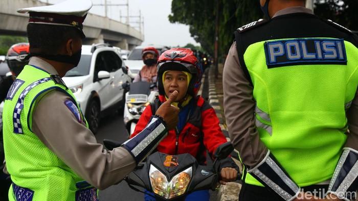 Salah satu titik pengawasan atau check point PSBB di kawasan Ciputat, Tangerang Selatan, masih banyak ditemukan pelanggar. Berikut foto-fotonya.