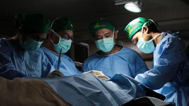 Relawan dari doctorSHARE melakukan operasi.
