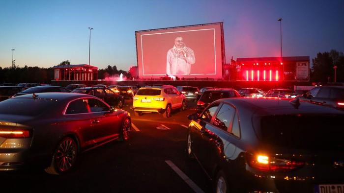 Rapper Jerman Sido tampil di bioskop drive-in Georg Schutz selama krisis virus corona, di Dusseldorf, Jerman.