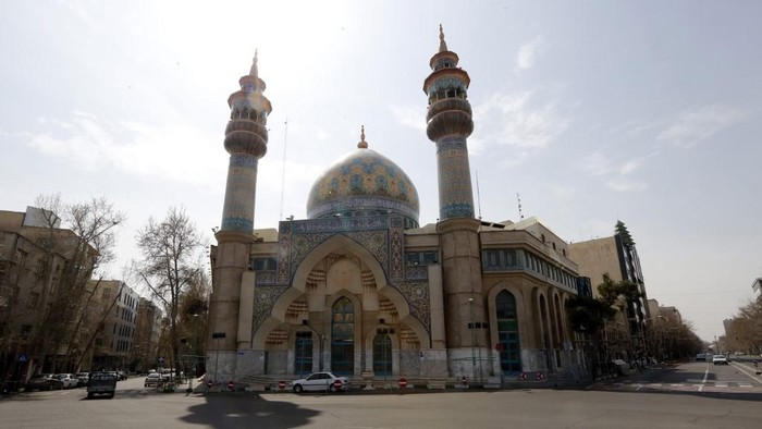 A photograph taken on March 13, 2020 shows a quiet intersection and a mosque that remains shut in the Iranian capital Tehran, after measures were taken to slow down the spread of the coronavirus COVID-19. - The outbreak of the virus in Iran is one of the deadliest outside China, where the disease originated.