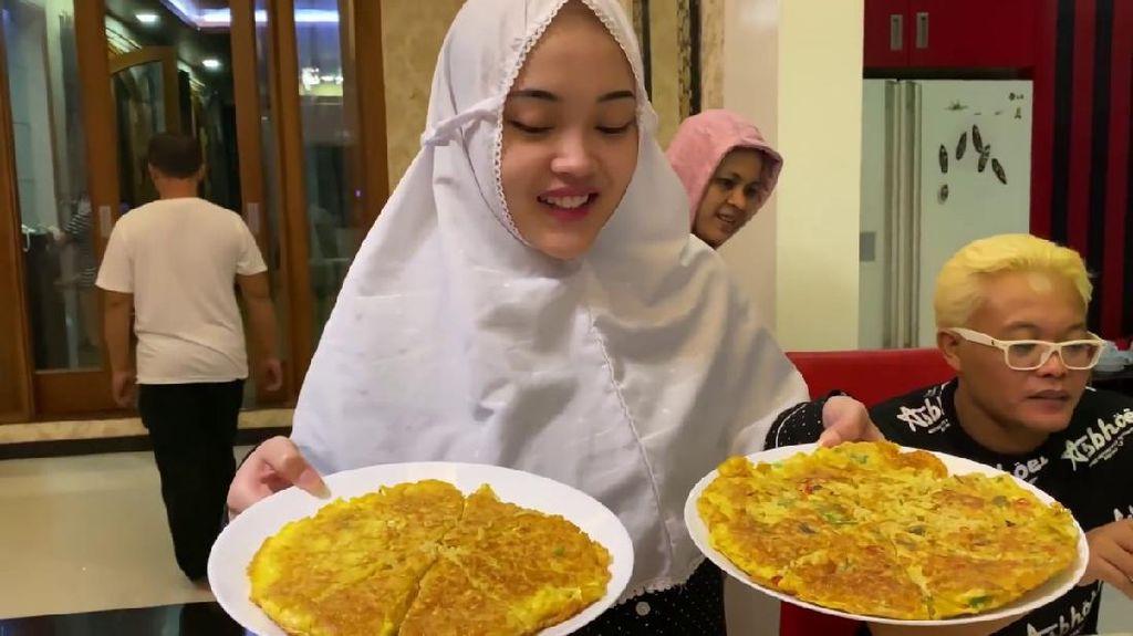 Keseruan Putri Delina Siapkan Menu Sahur untuk Sule dan Rizky Febian