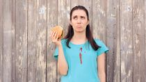 Sudah Diteliti, 2 Cara Makan Burger yang Benar Supaya Nggak Belepotan