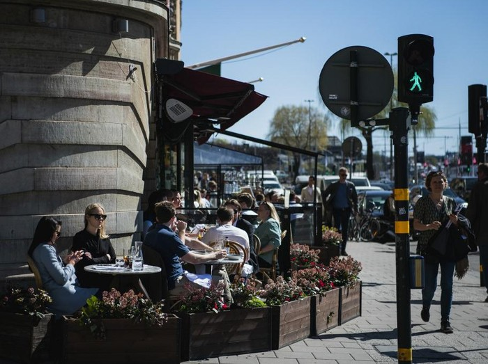(FILES) In this file photo taken on April 22, 2020 people have lunch at a restaurant in Stockholm, during the coronavirus COVID-19 pandemic. - Stockholm health inspectors said on April 26, 2020 they ordered five bars and restaurants shuttered after they failed weekend inspections to ensure social distancing regulations were being observed to curb the spread of the new coronavirus. (Photo by Jonathan NACKSTRAND / AFP)