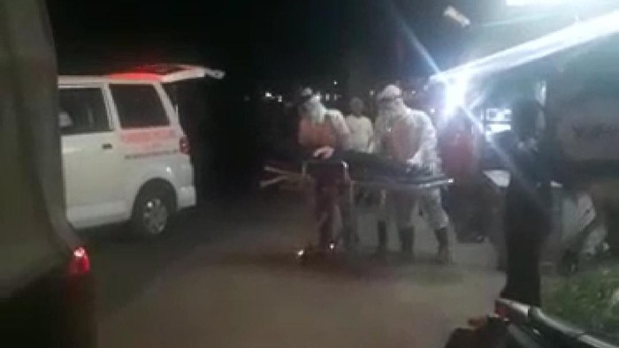 Petugas ber-APD evakuasi gadis di Garut yang pingsan