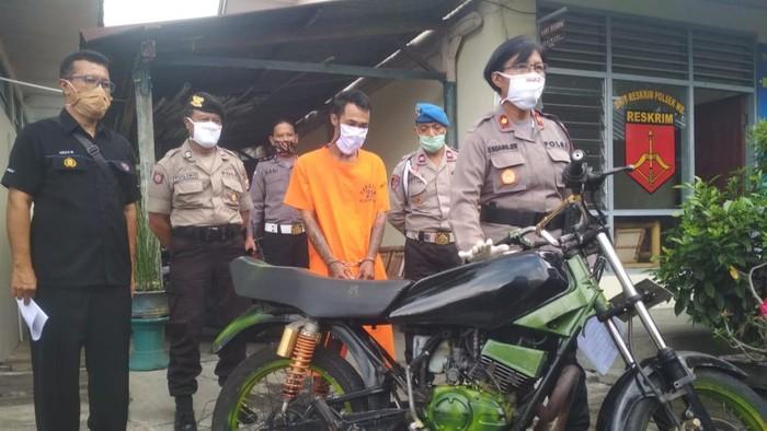 Kapolsek Wirobrajan, Kompol Endang Sri Widiyanti bersama barang bukti hasil pencurian