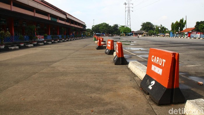Salah satu terminal paling sibuk di Jakarta yakni Terminal Kampung Rambutan nyaris tanpa aktivitas dan kosong imbas larangan mudik.